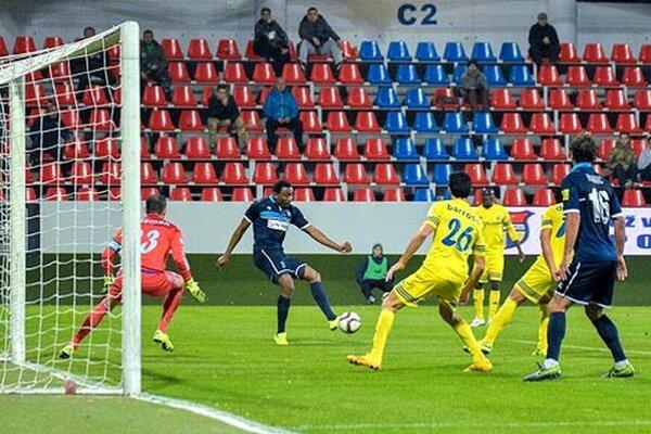 Takto prihrával Tawamba na domáci gól De Souzovi (ten nie je v zábere).