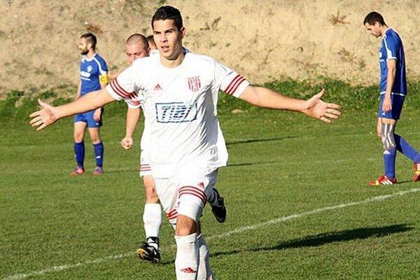 Marko Petrovský z H. Kráľovej sa teší z gólu v sieti Močenka.