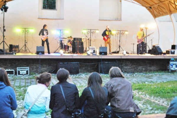 Na hrade bol multižánrový festival. Konal sa 1. ročník festivalu Kapelafest.