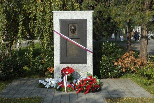 Pamätník Ľ. Štúra pred domom služieb na Štúrovej ulici.