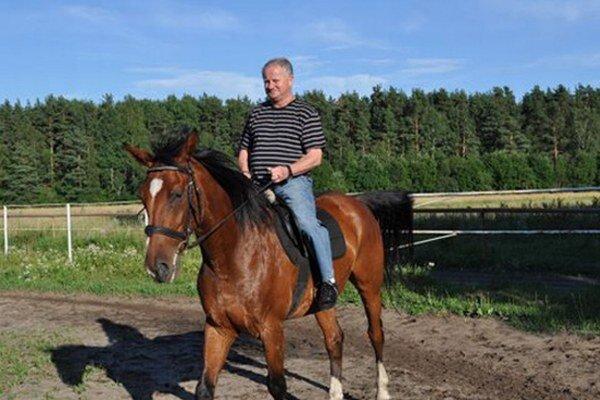 Mimohokejová póza. Július Šupler ako ho nepoznáte – na koni.