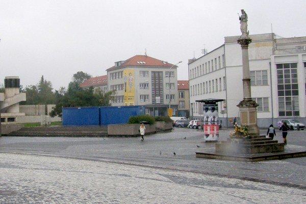 V minulosti bola tribúna pri pošte, dnes tu zostali len dve modré unimobunky.