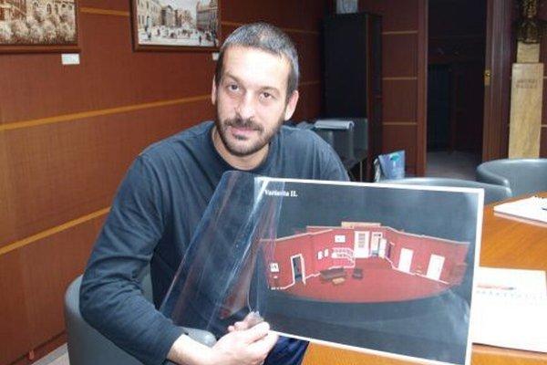 Režisér Stano Slovák ukazuje návrh scény komédie Z rúčky do rúčky od scénografa Jaroslava Milfajta.