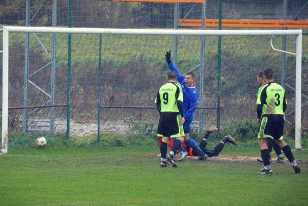 Lukáš Breznický z Veľ. Bieroviec/Opatoviec (v modrom) strieľa gól do siete Bošáce.