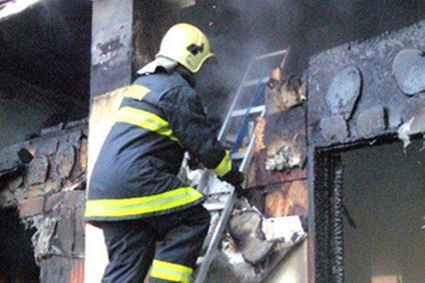 Hasiči zasahovali vlani aj pri požiari chaty v Nitrianskom Rudne.