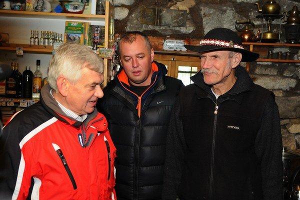 Sprava: Bývalý chatár Rainerovej útulne Peter Petras, jeho syn a nový nájomca Peter Petras ml. a minister pôdohospodárstva Ľubomír Jahnátek.