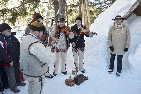 Goralská muzika ZBUJE a Peter Petras (vpravo) počas akcie Klaňanie Troch kráľov v blízkosti Rainerovej útulne.