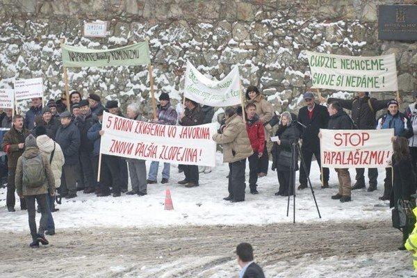 Na snímke protest pôvodných majiteľov pozemkov bývalého vojenského priestoru Javorina pred Národnou radou SR na Námestí A. Dubčeka v Bratislave.