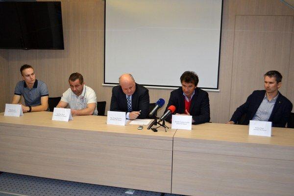 Včerajšia tlačová konferencia. Zľava: kapitán FK Poprad Matúš Bendík, viceprezident Pavol Šlosár, prezident Roman Dvorčák, tréner Vladimír Lajčák a manažér Roman Pazúr.
