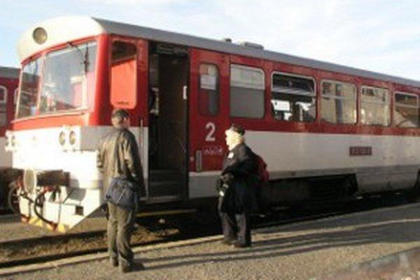 Na trati Topoľčany – Prievidza komplikuje cestovanie aj križovanie vlakov.