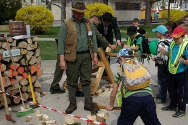 Deti si budú môcť, ako po iné ročníky, vyskúšať rúbanie dreva.