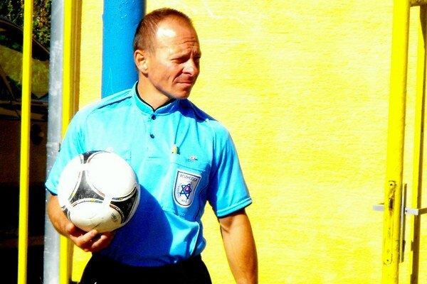 Sťažený odchod. Rozhodca S. Haviarik spolu s kolegami mal sťažený odchod. No nie z ihriska, ale zo štadióna.