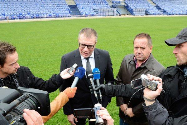 Prezident Slovenského futbalového zväzu (SFZ) Ján Kováčik (uprostred vľavo) a primátor mesta Poprad Anton Danko (uprostred vpravo) počas spoločného brífingu v Národnom tréningovom centre SFZ.