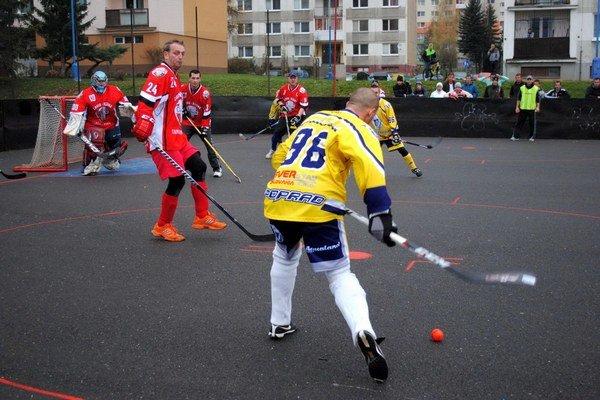 Útočná snaha predátorov. Gólovo mali navrch hráči HC Lunik (v červenom).