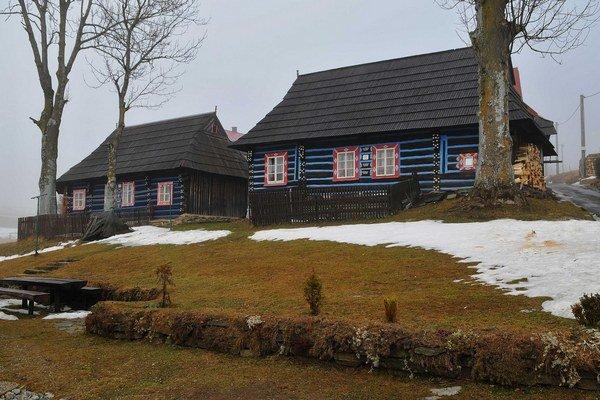Aj malebné drevenice lákajú do obce návštevníkov.