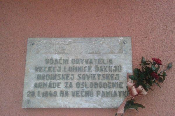 Pamätná tabuľa. Pripomína oslobodenie obce Veľká Lomnica.