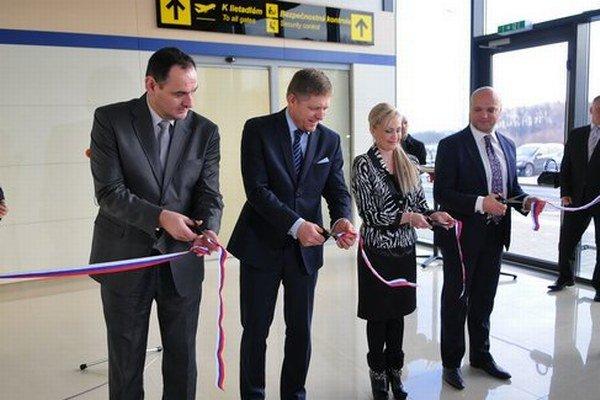 Pásku novej haly letiska slávnostne strihali aj s prezidentským kandidátom Robertom Ficom ešte v januári. V prevádzke je až od dnes.
