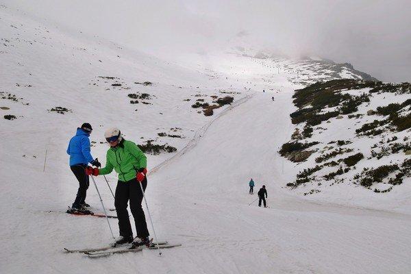 V Lomnickom sedle sa stále lyžuje.