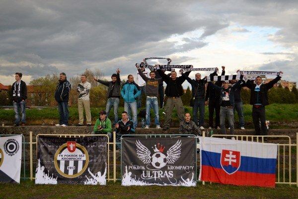 Fanklub hostí. Svoje mužstvo hnali neustále vpred.