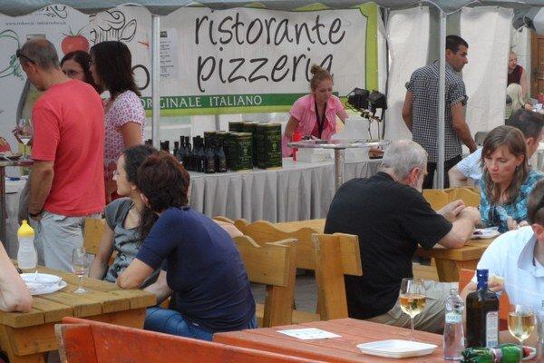 Ľudia ochutnajú taliansku kuchyňu. Pred rokom si ju nenechalo ujsť 10 000 návštevníkov.