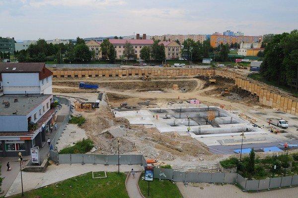 Na mieste bývalého Prioru rastie nové obchodné centrum.