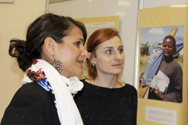 Dobrovoľníčka Emília Bihariová (vľavo) a kurátorka výstavy fotografií Jana Hvoniková.