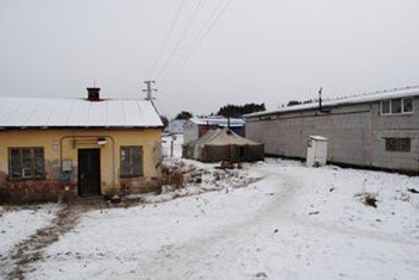 Vojenský stan. Kežmarskí bezdomovci v ňom nájdu ochranu pred mrazom.