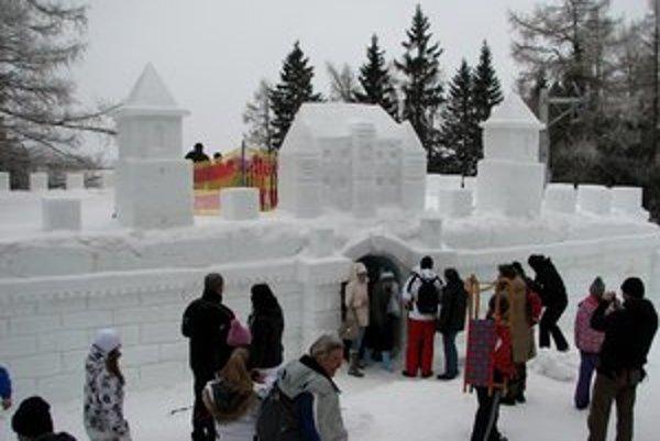 Snehový hrad láka stovky záujemcov.