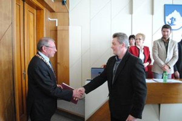 Štefan Strachan (vpravo). Poslanecký sľub zložil do rúk primátora Vysokých Tatier.