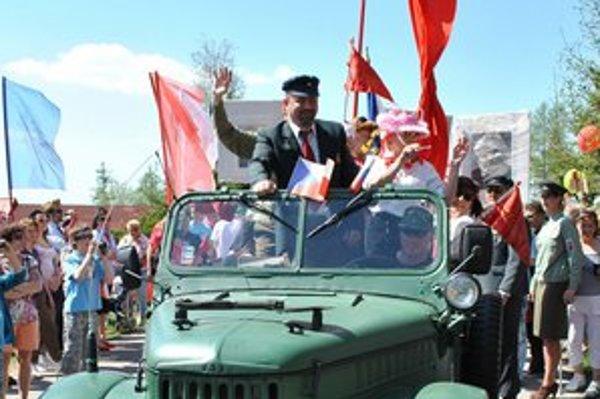 Lenin na čele tatranského recesistického retro sprievodu. Možno opäť na budúci rok.