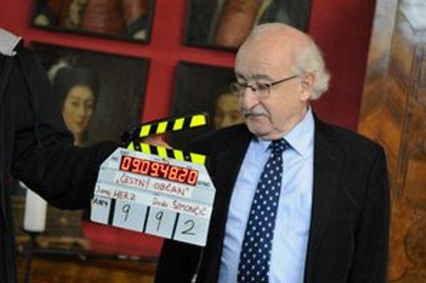 Režisér a herec Juraj Herz sa pripravuje na ďalšiu klapku v obrazárni Kežmarského hradu.