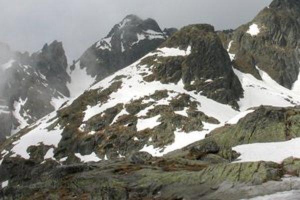Priečne sedlo (vľavo) medzi Studenými dolinami.