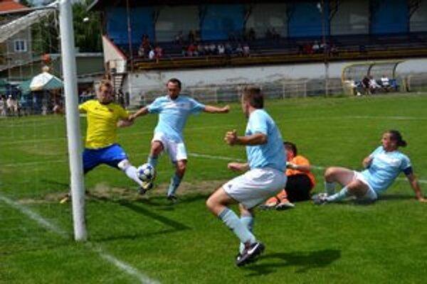Jediný gól zápasu. Kosek (vľavo) takto zblízka dorazil loptu do siete.