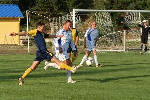 Súboj. Stretnutie Old Boys tímov prinieslo príťažlivý futbal.