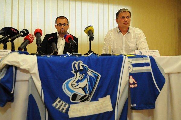 konateľ hokejového klubu HK Poprad Tibor Turan (vpravo) a predseda Správnej rady HK ŠKP Poprad Rudolf Skokan.