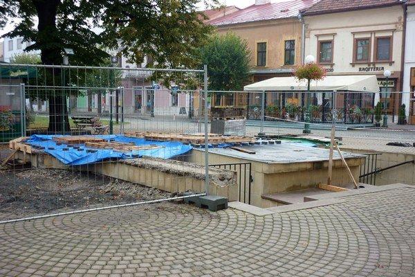 Centrum Kežmarku. Opravy sa dočkajú aj verejné toalety pri radnici.