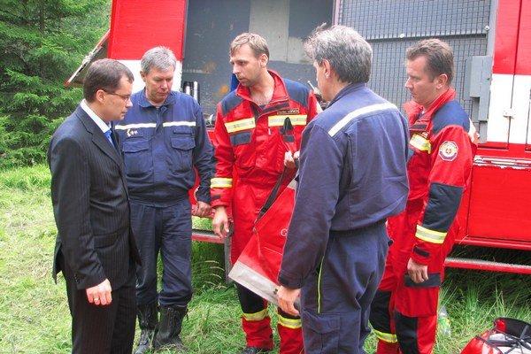 Popradskí hasiči. V teréne im pomáha aj technika.