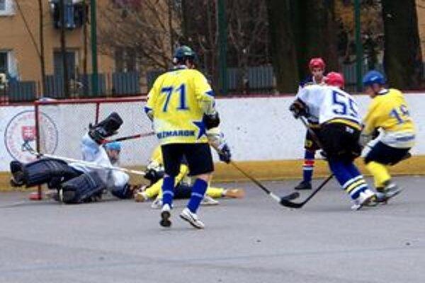 Hrali obetavo. Domáci (v žltom) na čele s brankárom Pristašom inkasovali iba dva góly.