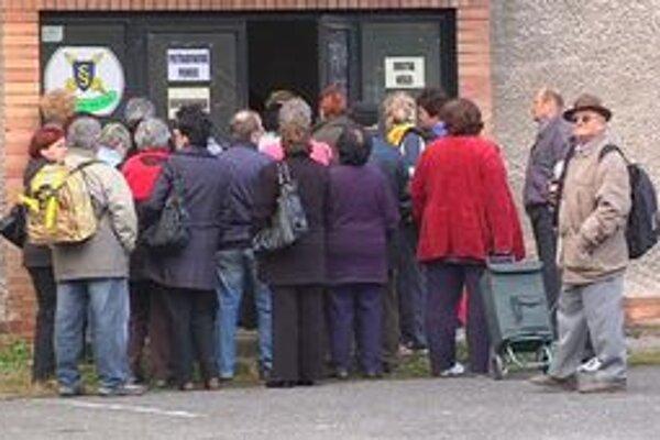 Rozdávanie pomoci. Takto čakali Kežmarčania na prvú várku potravín začiatkom októbra.