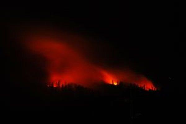 Žiara z požiaru nad pohorím Kozie chrbty od Popradu.