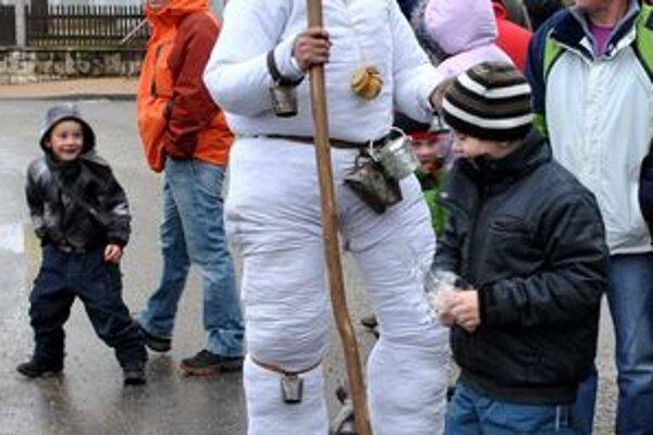 """Jozef Kunoš (v strede). V kostýme """"starého"""" zabával najmä deti."""