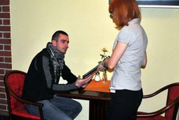 V reštauráciách... Čašníkov je v Tatrách stále menej.