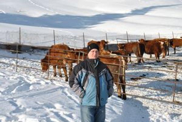 Stanislav Michalica. Ako vedúci dohliada na chov zvierat v Liptovskej Tepličke.
