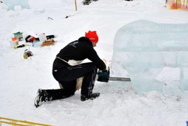 Ľadoví sochári. Predvádzali svoje umenie priamo pred očami návštevníkov.