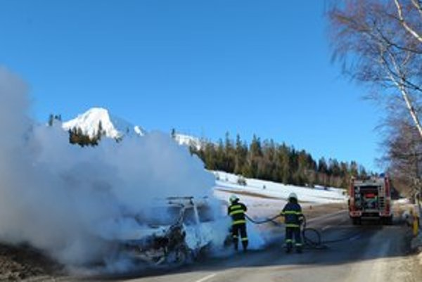 Auto uhasili až privolaní hasiči. Údajne sa vznietilo palivo a začal horieť motor.