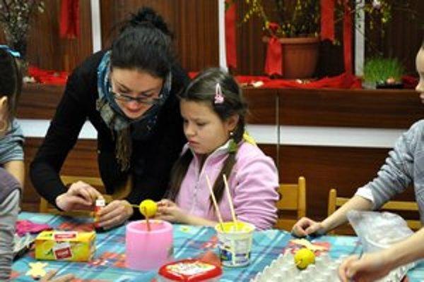 Deťom pomáhala etnologička. Michaela Kočišová predvádzala techniku výroby veľkonočných ozdôb.
