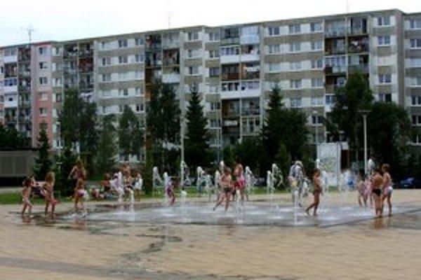 Pred Arénou cez leto. Táto fontána je obľúbeným miestom pre deti.