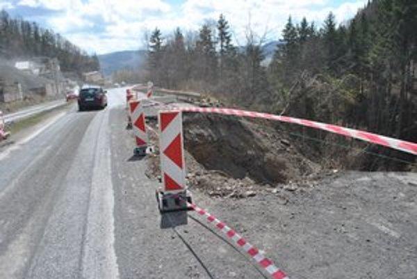 Ťažko skúšaní vodiči. Cestu medzi Kvetnicou a Dubinou sužujú v posledných rokoch problémy.