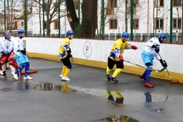 Hrajú o medaily. Kežmarskí hokejbalisti pomýšľajú na postup do finále.