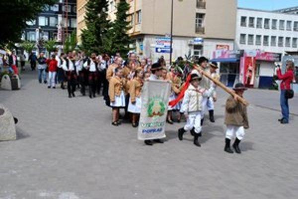 Sprievod. Folkloristi prenášali obrovský máj cez celé námestie.